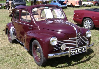Renault 4CV descapotable. Vista frontal.