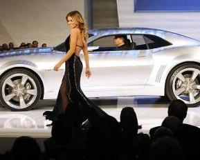 Carmen Electra posa juanto al nuevo camaro presentado en Detroit
