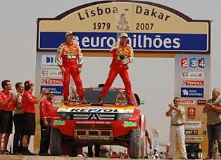 Peterhansel festeja su victoria en el Lisboa Dakar 2007