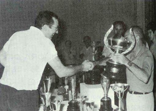 Jose Ignacio Sunsundegui Recogiendo el trofeo